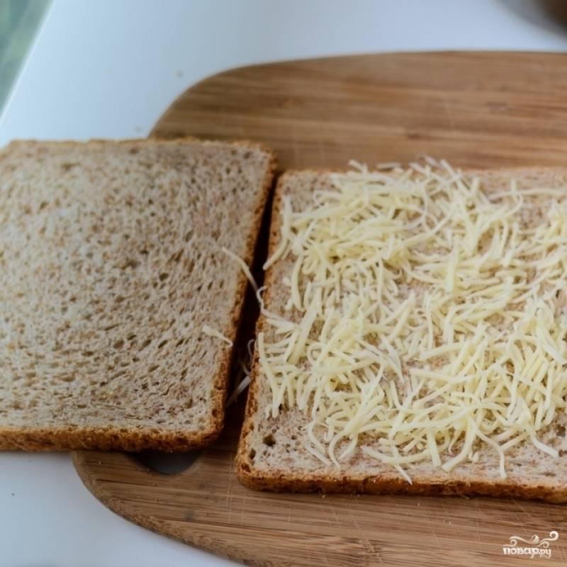 3. На ломтик хлеба выложите слой из тертого сыра.