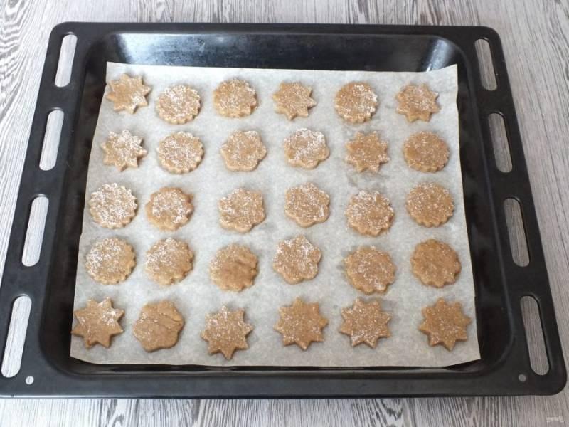 Переложите печенье на противень застеленный пергаментом. Поставьте выпекаться в разогретую духовку на 15 минут.
