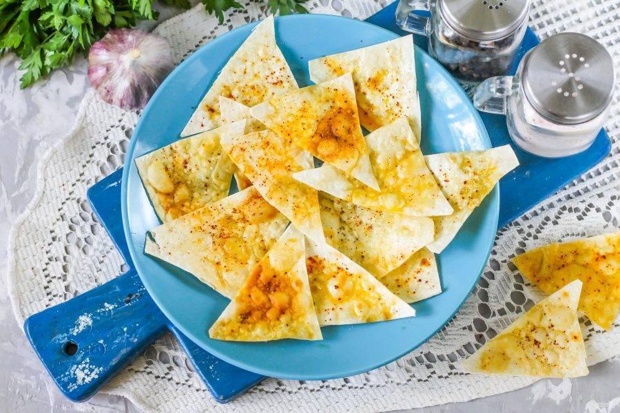 Выложите хрустящие и плотные чипсы из лаваша на тарелку и подайте к столу – особенно они вкусны с каким-нибудь соусом, дипом и т.д.