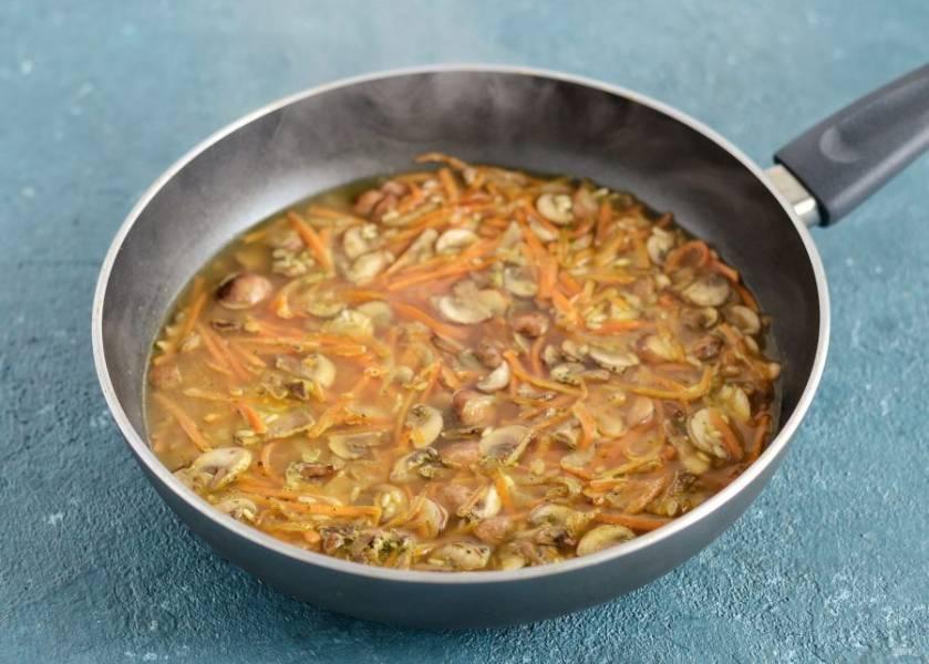 Нагрейте в сковороду горячей воды так, чтобы она покрывала рис на 5 мм. Убавьте огонь на минимальный и тушите 35 минут.