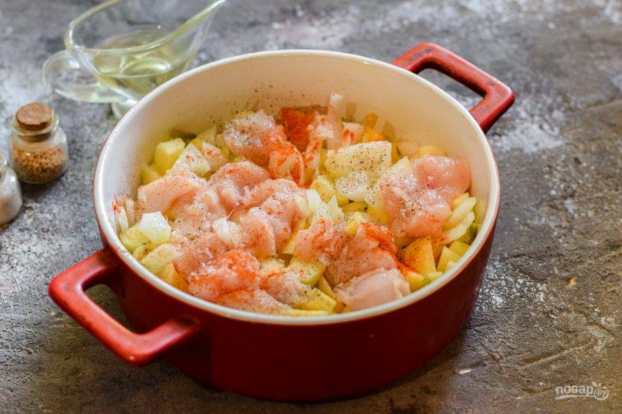 Жаропрочную форму смажьте растительным маслом, выложите все подготовленные ингредиенты.