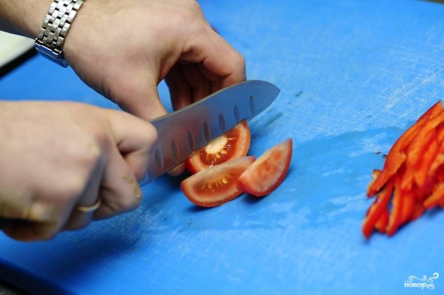 Дольками режем помидор.