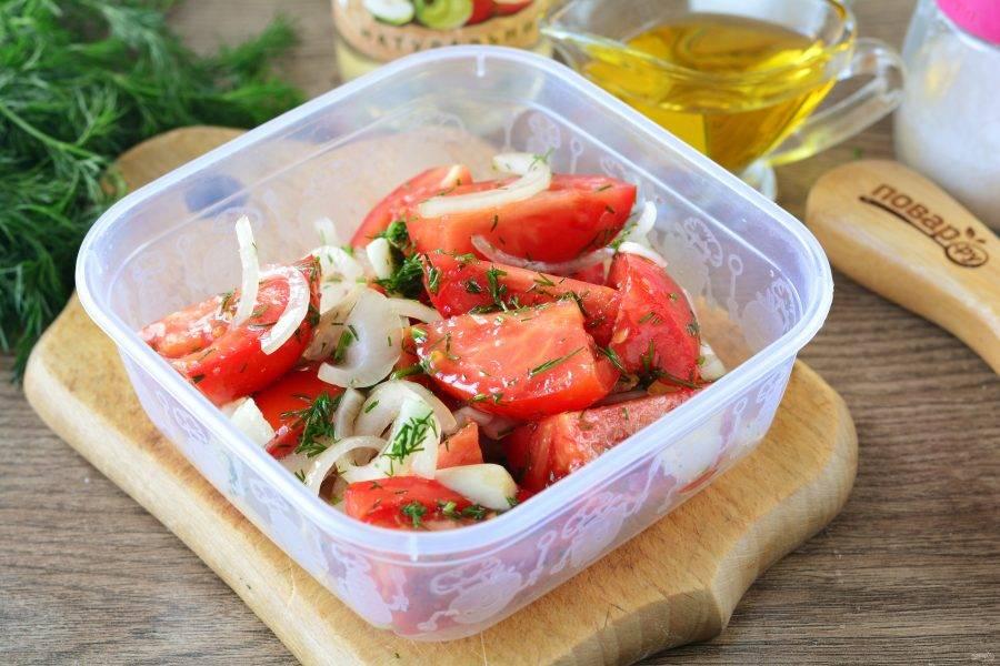 Выложите помидоры в контейнер, закройте крышкой и встряхните пару раз. Поставьте в холодильник на сутки мариноваться.