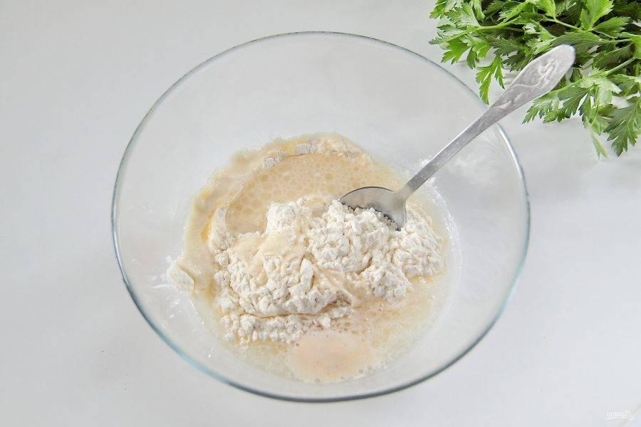 В глубокую миску насыпьте 100 г. муки, добавьте щепотку соли и влейте подошедшую опару.