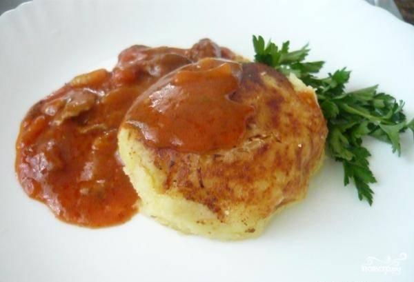 Зразы обжарьте с двух сторон на сковороде с маслом. Подавайте с любимым соусом. Приятного аппетита!
