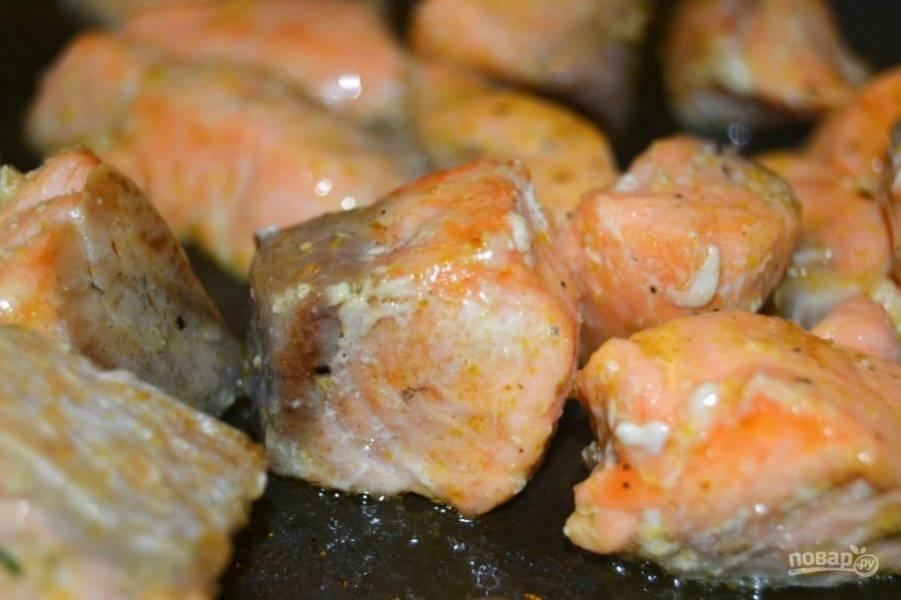 10.Разогрейте сковороду с растительным маслом, выложите лосося и обжарьте его около 3 минут.