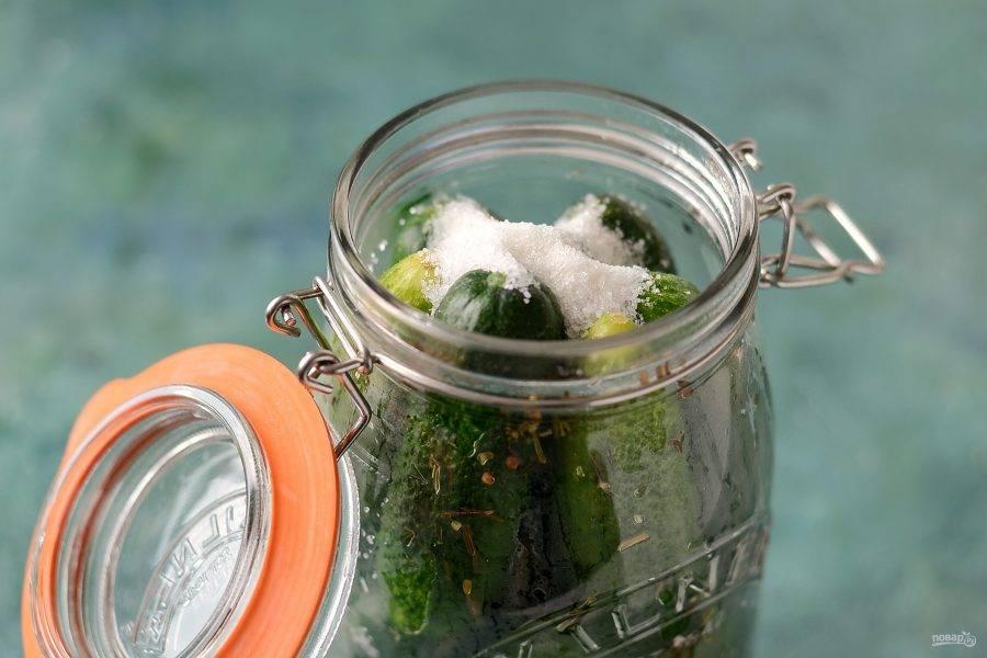 Слейте жидкость из банки, влейте уксус, добавьте соль и сахар. Затем влейте новую порцию воды.