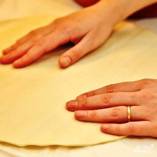 На пекарской бумаге раскатываем в пласт диаметром 30 см готовое песочное пресное тесто. Ну, или приготовленное собственноручно - кому как нравится.