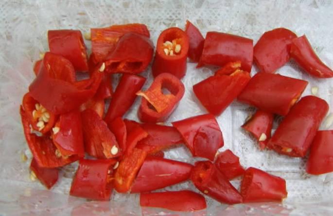 Острый перец очищаем от семян и нарезаем кусочками.