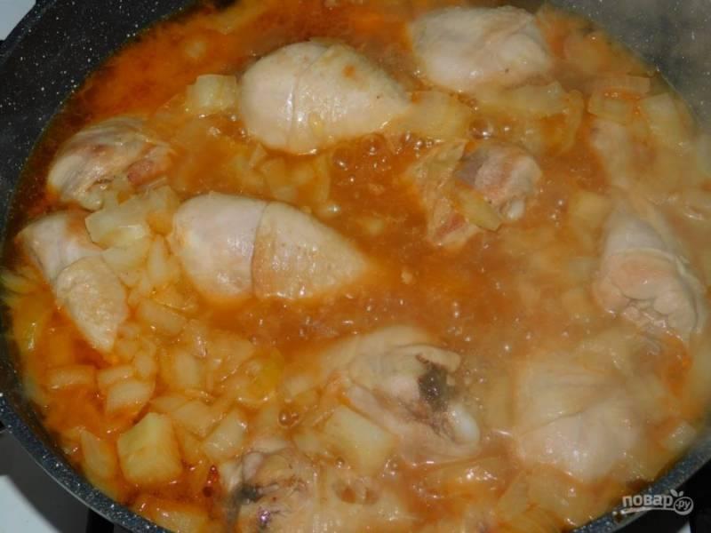 Залейте все соусом и тушите под крышкой минут 15-20. Добавьте по вкусу соль и специи.