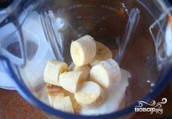 Готовится банановый крем до смешного просто. Нужно лишь сложить все ингредиенты в чашу для блендера (банан очистить и некрупно нарезать) и измельчить их до однородности.