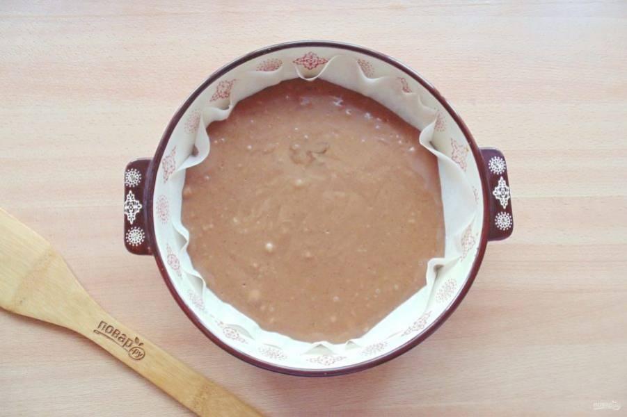 Выложите коричневое тесто в форму.