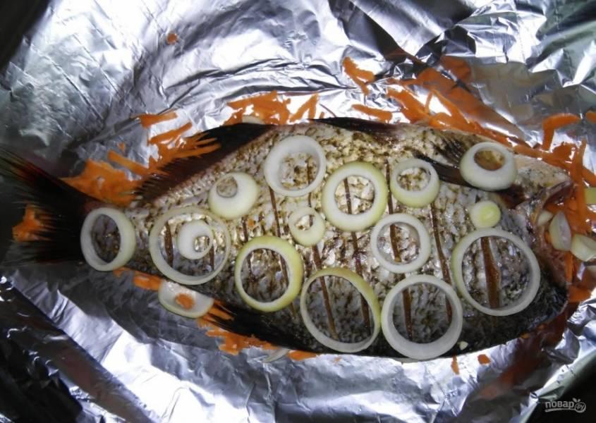 5.Сверху укладываю оставшиеся овощи. Первым слоем — репчатый лук.