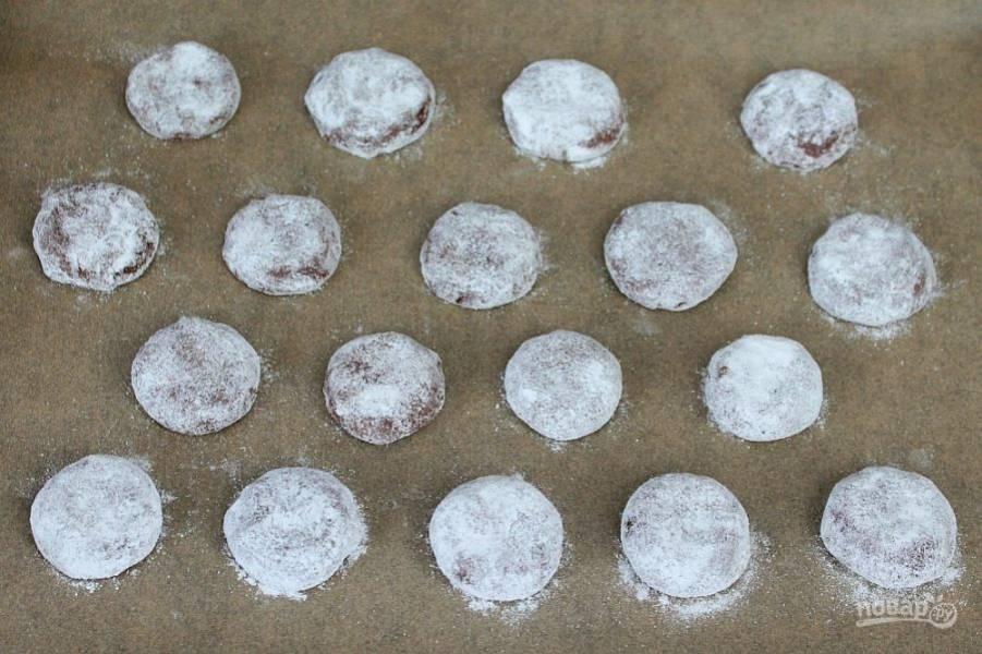 Выкладываем печенье на противень. Отправляем в разогретую духовку. Готовим при температуре 190 градусов около 12 минут.