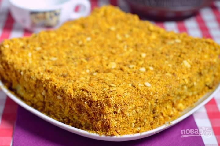 13.Достаю торт из холодильника и промазываю остатками крема стороны и верхушку, посыпаю приготовленной крошкой.