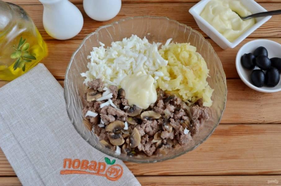 К жареному фаршу с грибами добавьте тертые белки и картофель, майонез. Перемешайте.