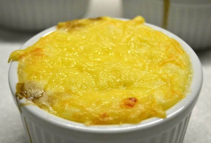 Когда жульен покроется ароматной сырной корочкой, блюдо можно подавать к столу. Приятного всем аппетита!