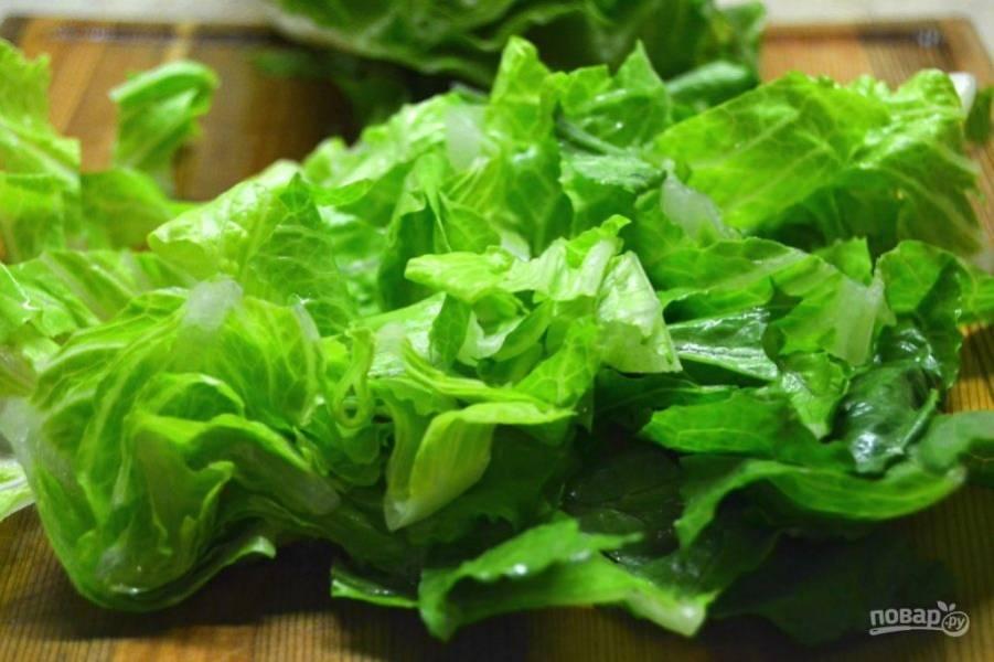 2.Головку салата хорошенько промойте под проточной водой, затем нарежьте ножом.