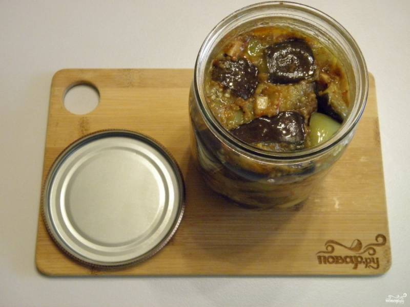 В стерильные баночка утрамбуйте плотно рагу из баклажанов, закатайте стерильными крышками. Храните в прохладном месте.