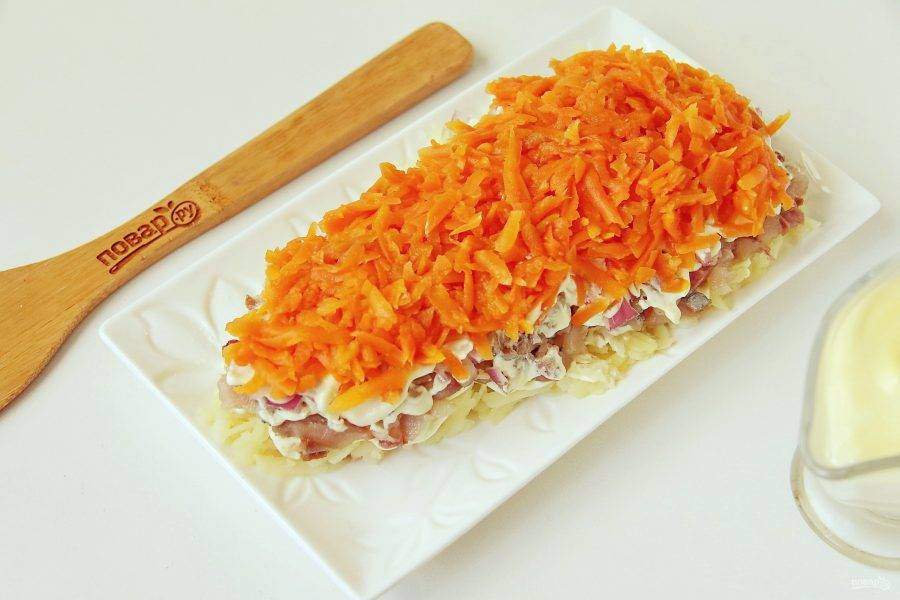 Сверху равномерно распределите морковь.