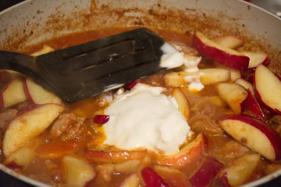 Яблоки добавляем к мясу. Добавляем сметану. Проверяем на соль и перец. При необходимости добавьте. Даем закипеть и выключаем.
