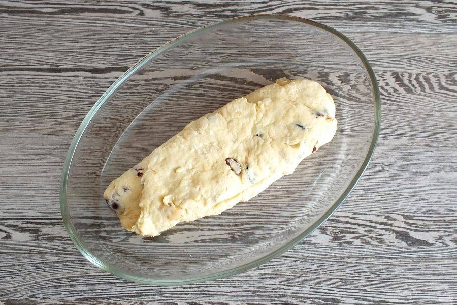 Заготовку кекса переложите в форму для выпечки. Поставьте выпекаться в разогретую до 180 градусов духовку на 40-45 минут.