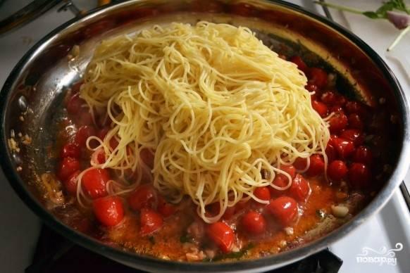 9. Когда соус итальянский для спагетти в домашних условиях готов можно выложить в сковороду отваренные макароны и все перемешать. Через минуту снимите сковороду с огня и сразу подавайте блюдо к столу, присыпав сыром и базиликом. Приятного аппетита!