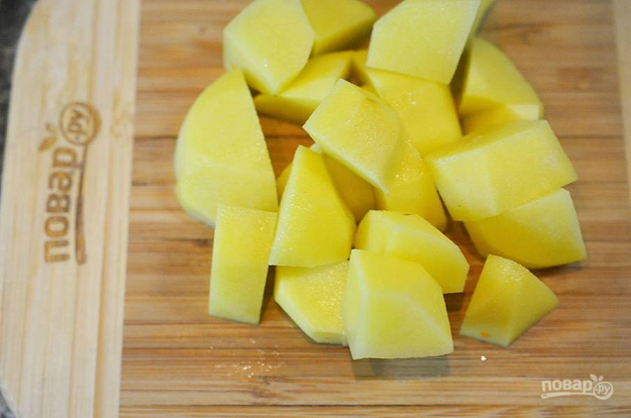 8. Картофель почистите, нарежьте кубиком, положите в суп и варите до готовности картофеля.