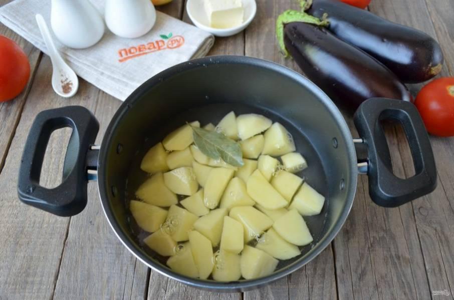 Очистите картофель, сполосните его под водой и порежьте небольшими кусочками. Залейте водой так, чтобы та только покрыла картофель, добавьте лавровый лист и поставьте на огонь. Варите при слабом кипении 15 минут.