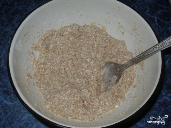 Перемешайте в миске отруби, творог, ванильный сахар, яйцо, крахмал и корицу до однородной консистенции.
