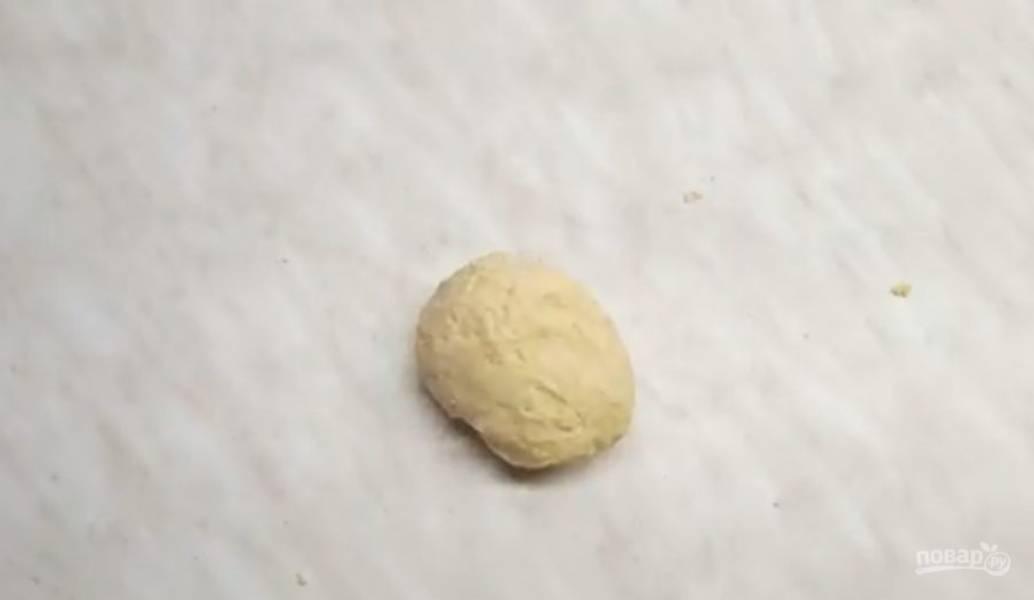 2. Добавьте яйцо, молоко и хорошо перемешайте. Сначала замесите тесто в миске, затем переложите его на стол и замесите до готовности.