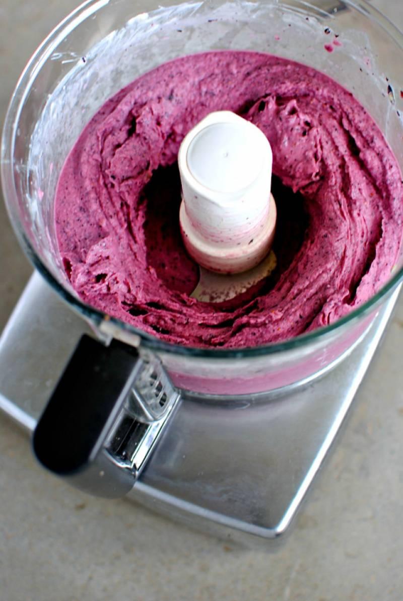 2. Готовится замороженное фруктовое пюре в домашних условиях максимально просто: взбиваем ягоды (можно использовать даже замороженные, как в нашем случае). Туда же добавляем йогурт и сиром и продолжаем взбивать.