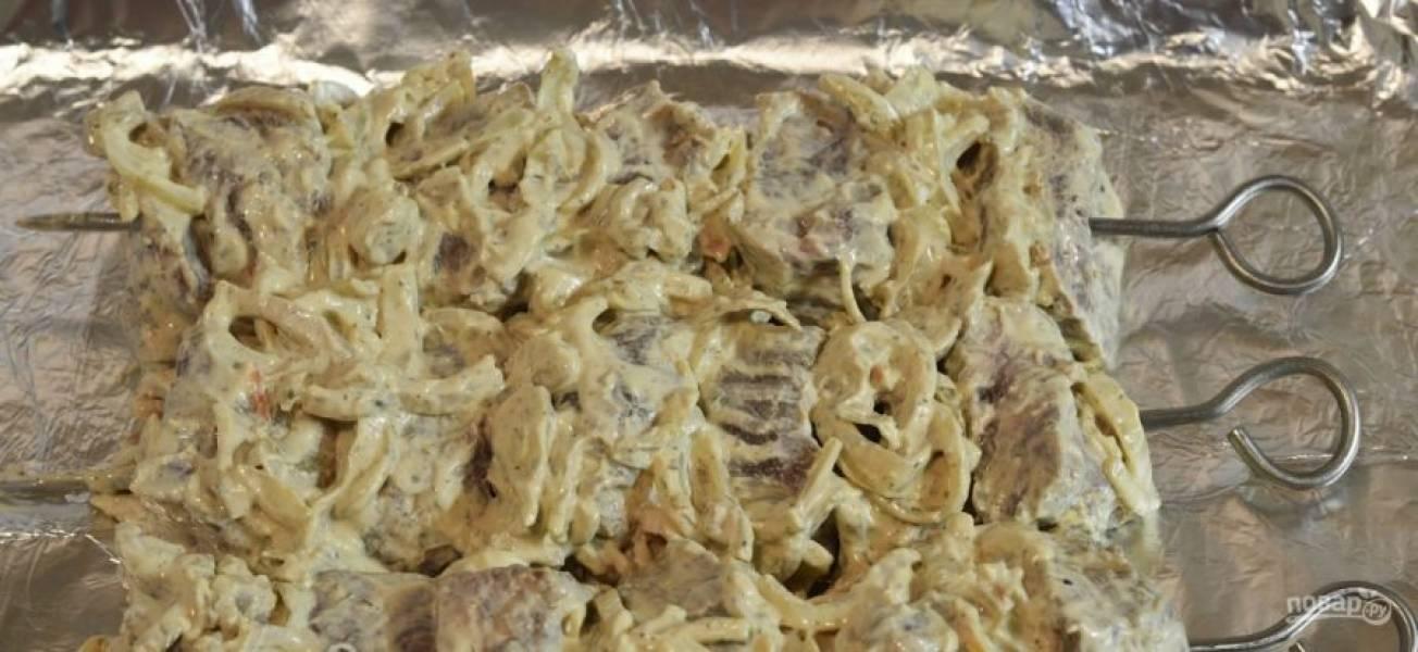 Нанизываем мясо на шампура и обжариваем на мангале с двух сторон до золотистости. Шашлык можно также запечь в духовке при 180 градусах на протяжении 1 часа.