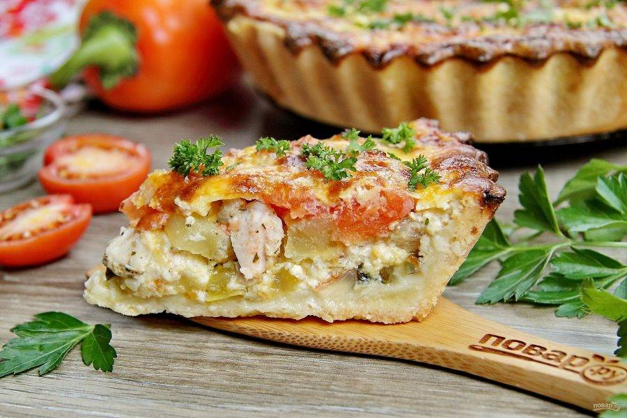 По желанию украшаем пирог свежей зеленью, нарезаем на порции и подаем к столу. Приятного аппетита!