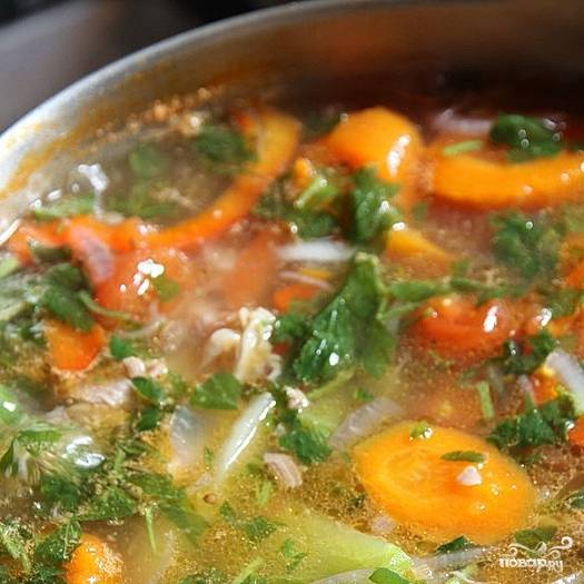 Доводим суп до кипения, после чего сбавляем огонь и варим без крышки на слабом кипении еще около 30 минут. Где-то за 15-20 минут до окончания варки добавляем в суп молотый острый красный перец - он улучшает пищеварение и, следовательно, способствует похудению.