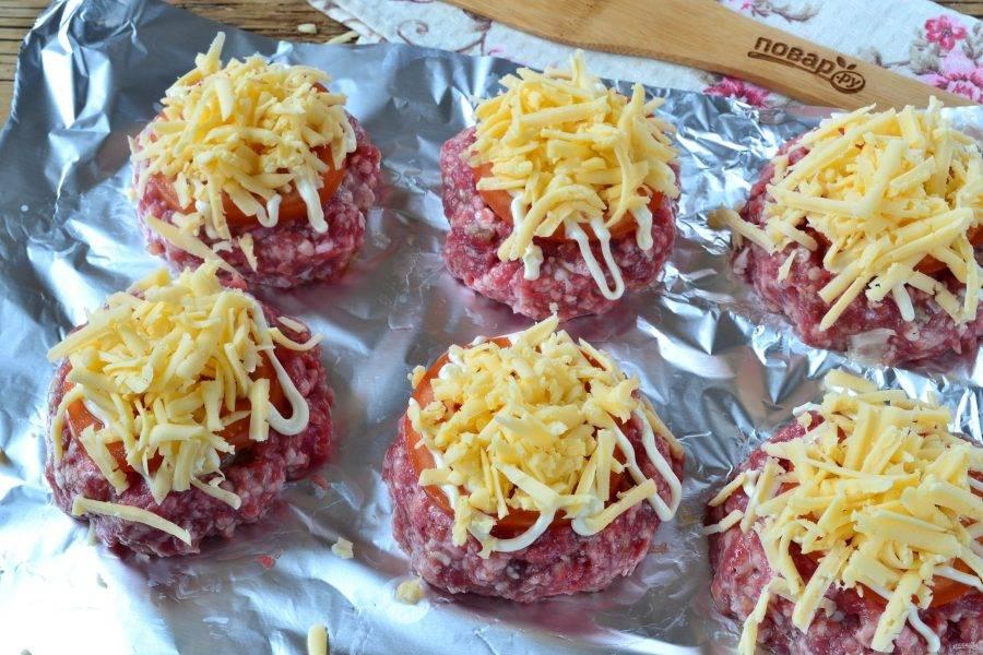 Сверху положите натертый на крупной терке твердый сыр. Накройте форму с мясными гнездами фольгой и отправьте в духовку на 30-40 минут (температура 180 градусов). Если боитесь, что сыр пригорит, то не посыпайте ним сразу, а лишь за 10-15 минут до готовности блюда. Но я посыпала сразу, и все было хорошо.