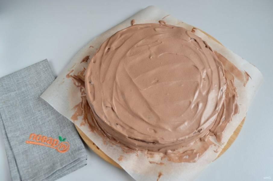 11. Собираем торт: каждый корж смажьте щедро кремом, также хорошо промажьте бока и верх торта.