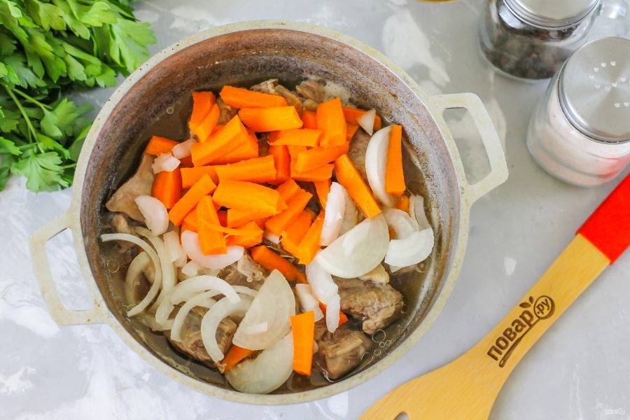 Очистите морковь и луковицу от кожуры, промойте. Нарежьте морковь брусочками, а лук - полукольцами или кубиками. Добавьте в казан, когда на дне емкости останется совсем немного жидкости.
