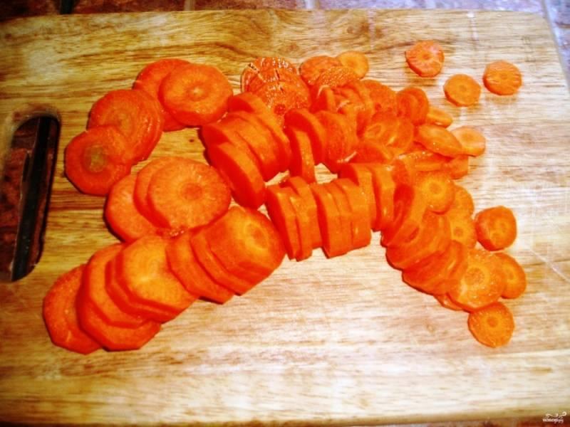 Морковку порежьте тем временем кольцами.