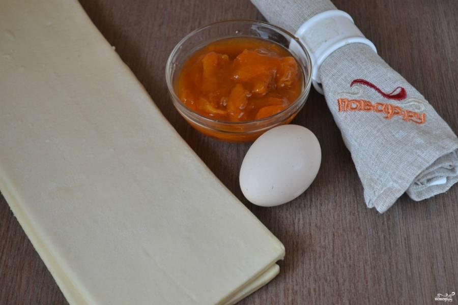 Подготовьте все необходимые ингредиенты. Тесто должно немного подтаять, чтобы с ним было легко работать.