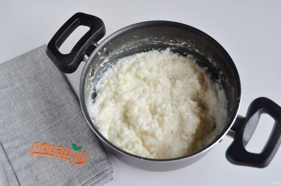 2. Тщательно переберите, промойте рис до чистой воды и сварите его в молоке со щепоткой соли до готовности.