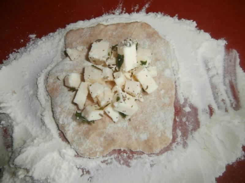 Раскатываем тесто, в центр каждой лепешки выкладываем начинку. Лепим пирожки.