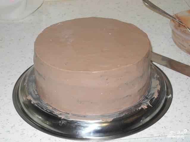 Готовый торт оставьте на ночь в холодильнике. А с утра украсьте его по своему желанию.