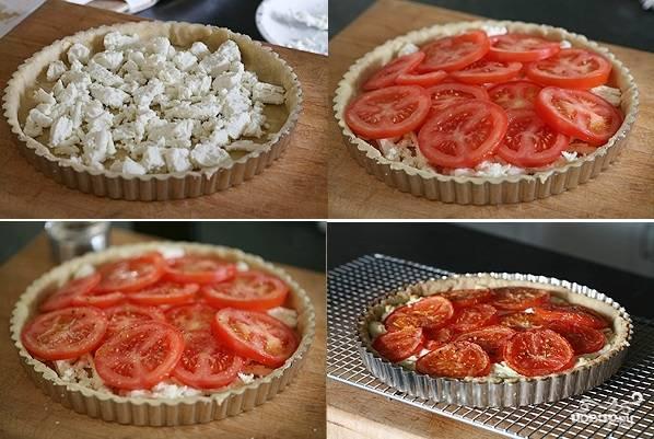3. Достаньте тесто из холодильника, сделайте вилкой проколы на дне. Выложите творог ровным слоем. Подсолите немного по вкусу. Сверху распределите помидоры. Добавьте щепотку соли, перца, другие специи по вкусу. Отправьте в разогретую до 180 градусов духовку.