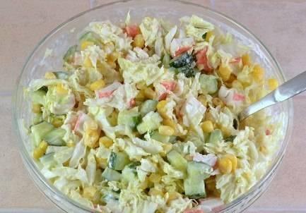 4. Соедините все ингредиенты в салатнице, посолите, поперчите. Кукурузу консервированную слейте и выложите в миску. Заправьте салат майонезом и перемешайте.