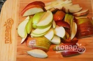 1. Яблоки нарежьте дольками. Если вы планируете измельчить варенье до состояния пюре, то лучше яблоки и груши почистить. Я не делала этого, т.к. люблю ощущать именно ломтики.