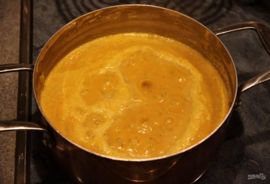 5. Поставьте измельченный суп-пюре обратно на огонь и томите на слабом огне еще 10 минут.