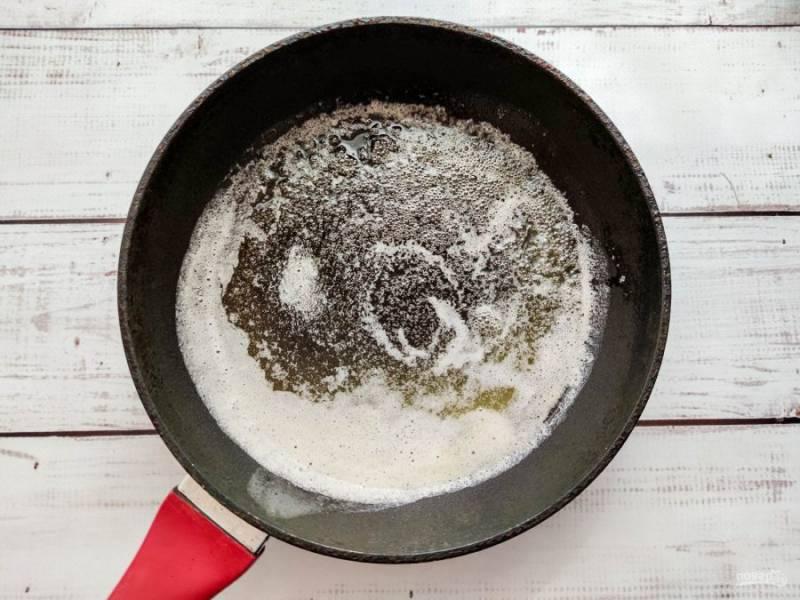 В сковороде растопите сливочное масло.