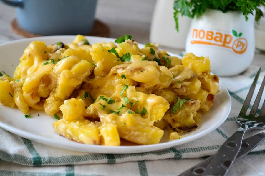 Картофель со сметаной и сыром на сковороде