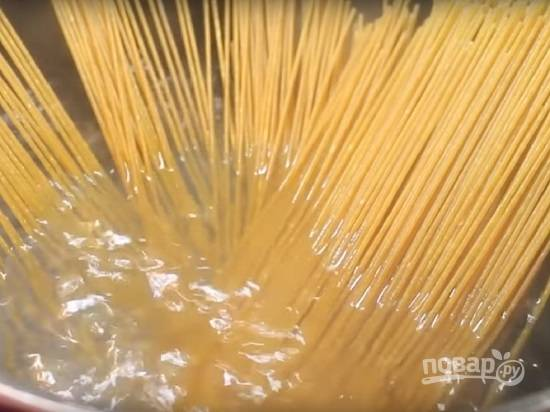 Спагетти варим по инструкции на упаковке.